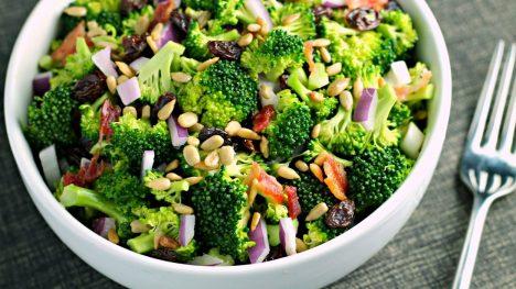 Brokolių salotos su kumpiu ir razinomis